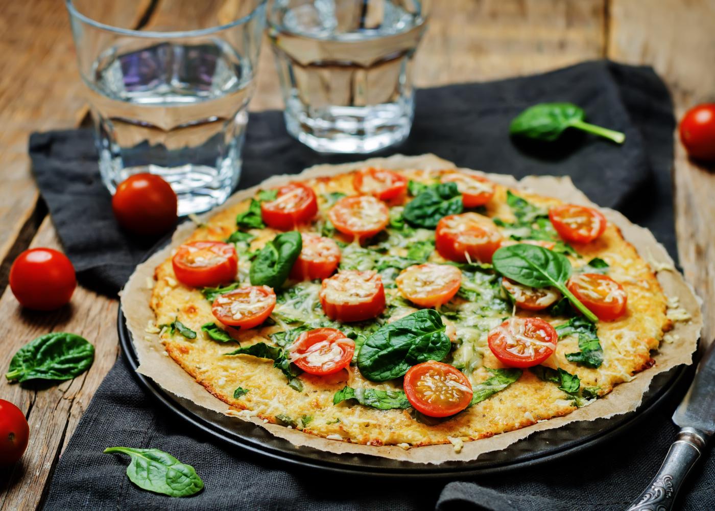 pizza vegan com tomate, espinafres e brócolos