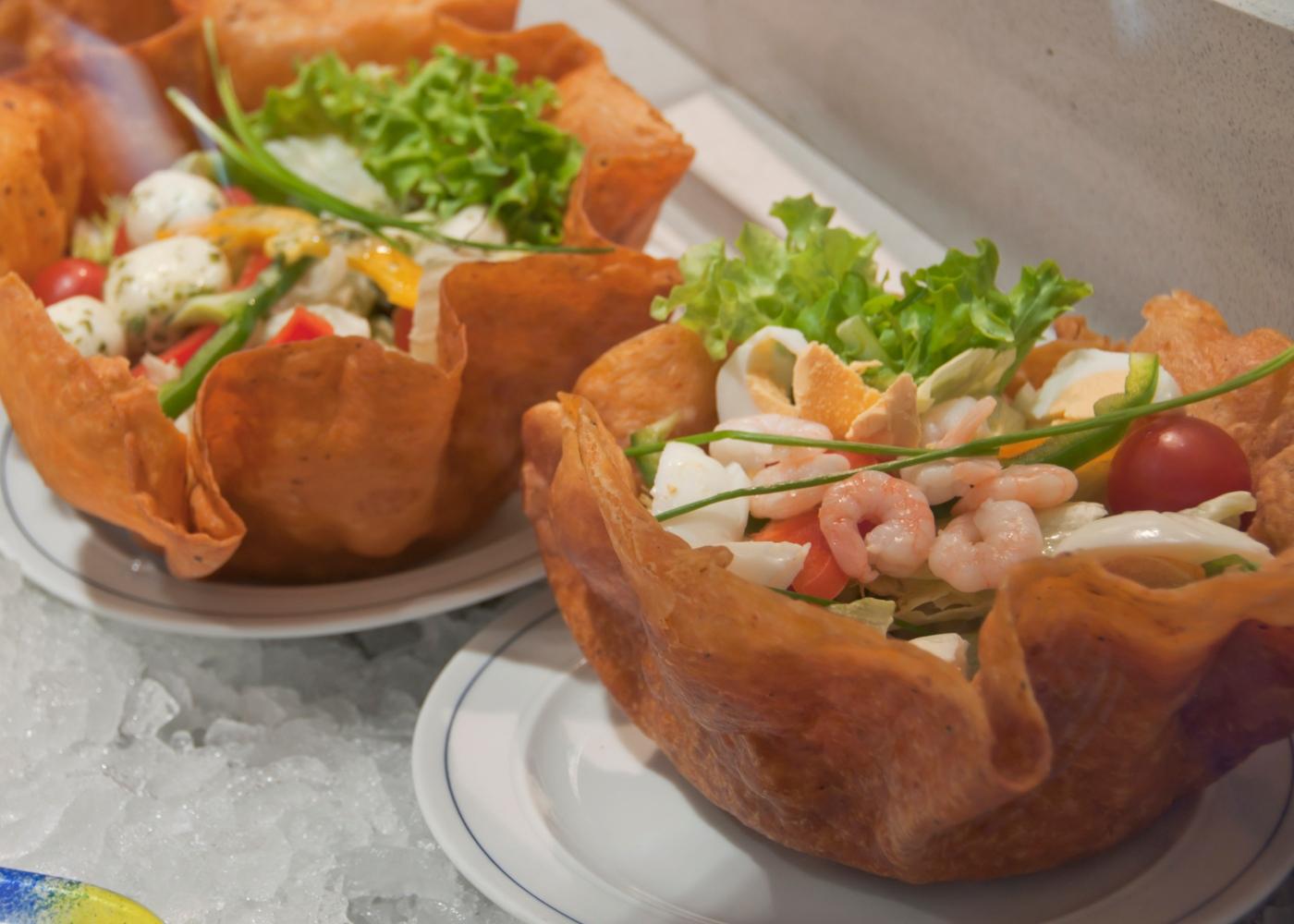 Salada de camarão com ovo cozido