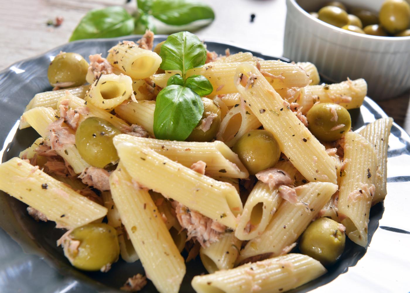 salada fria de massa com atum e azeitonas