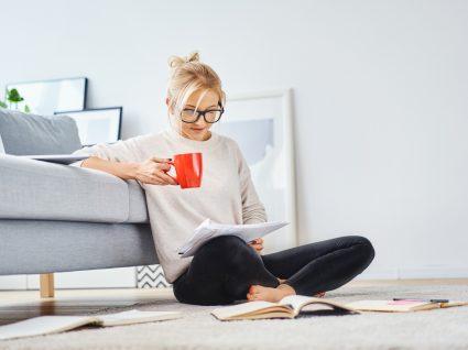 Como proteger a saúde mental estando em casa: mulher a ler
