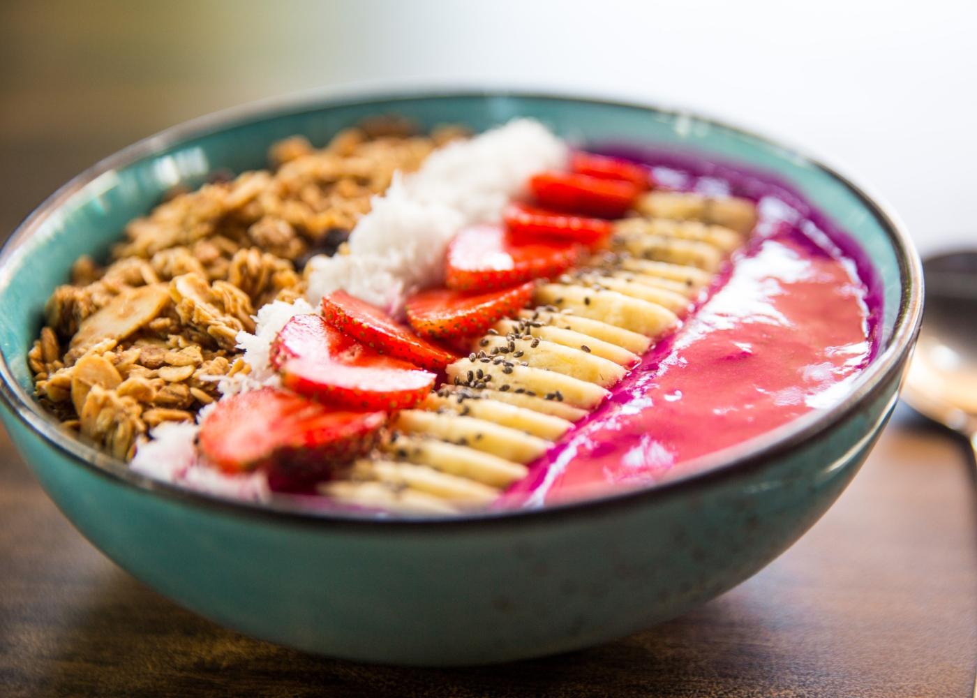 Smoothie bowl de banana e morango