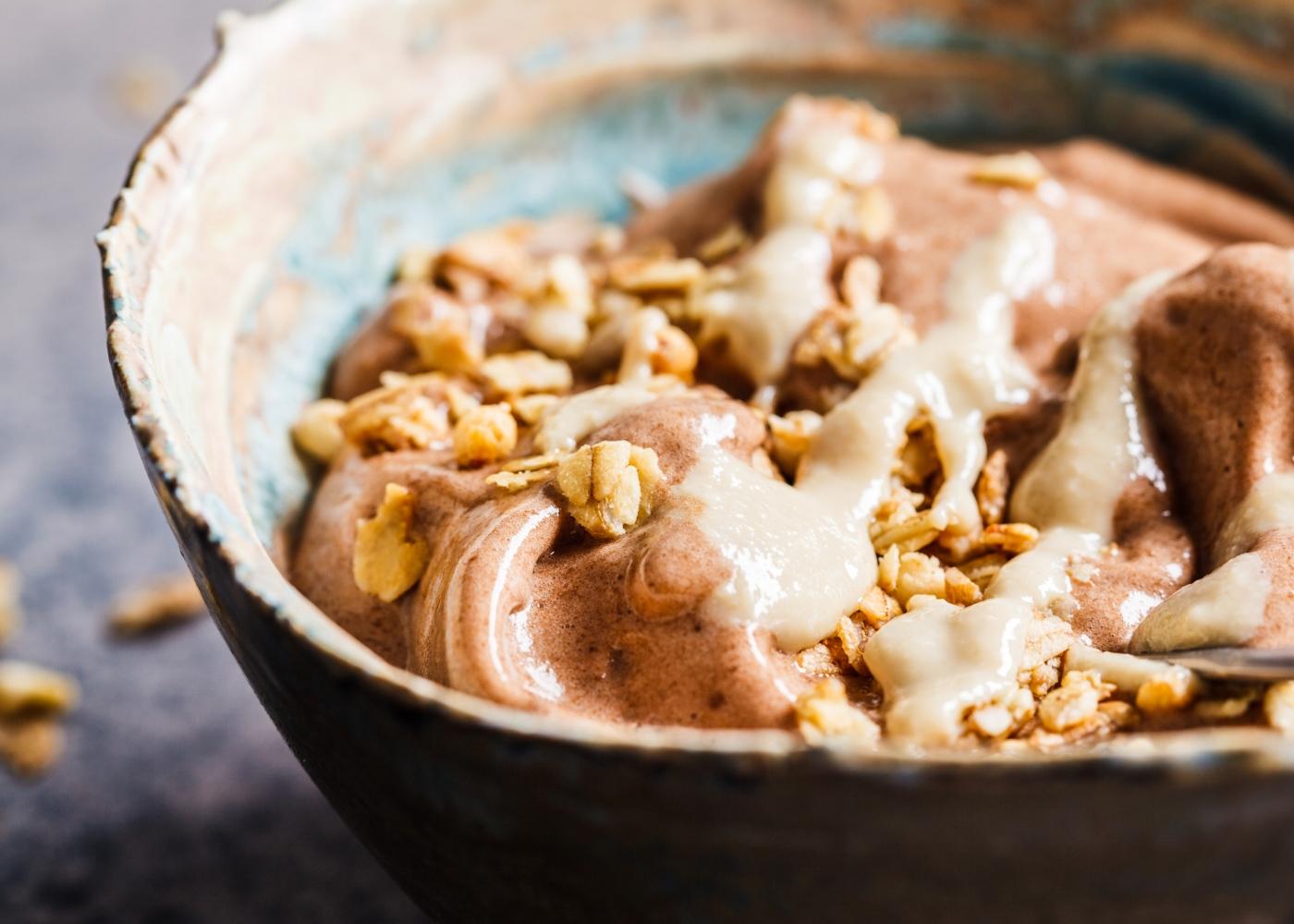 Smoothie bowl de cacau e manteiga de amendoim