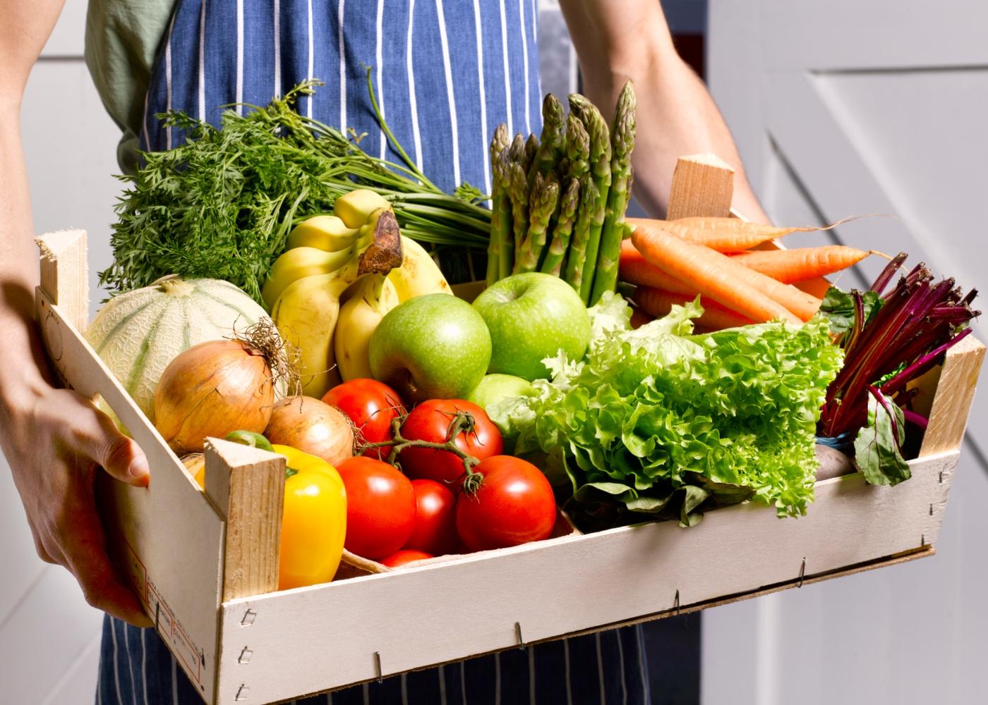 Solidariedade em tempos de pandemia: homem a entregar frutas e legumes ao domicílio