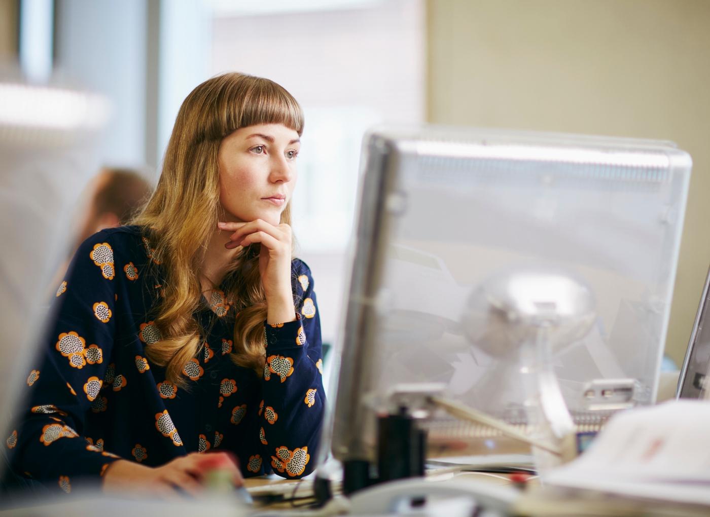 Workaholic: mulher envolvida no trabalho