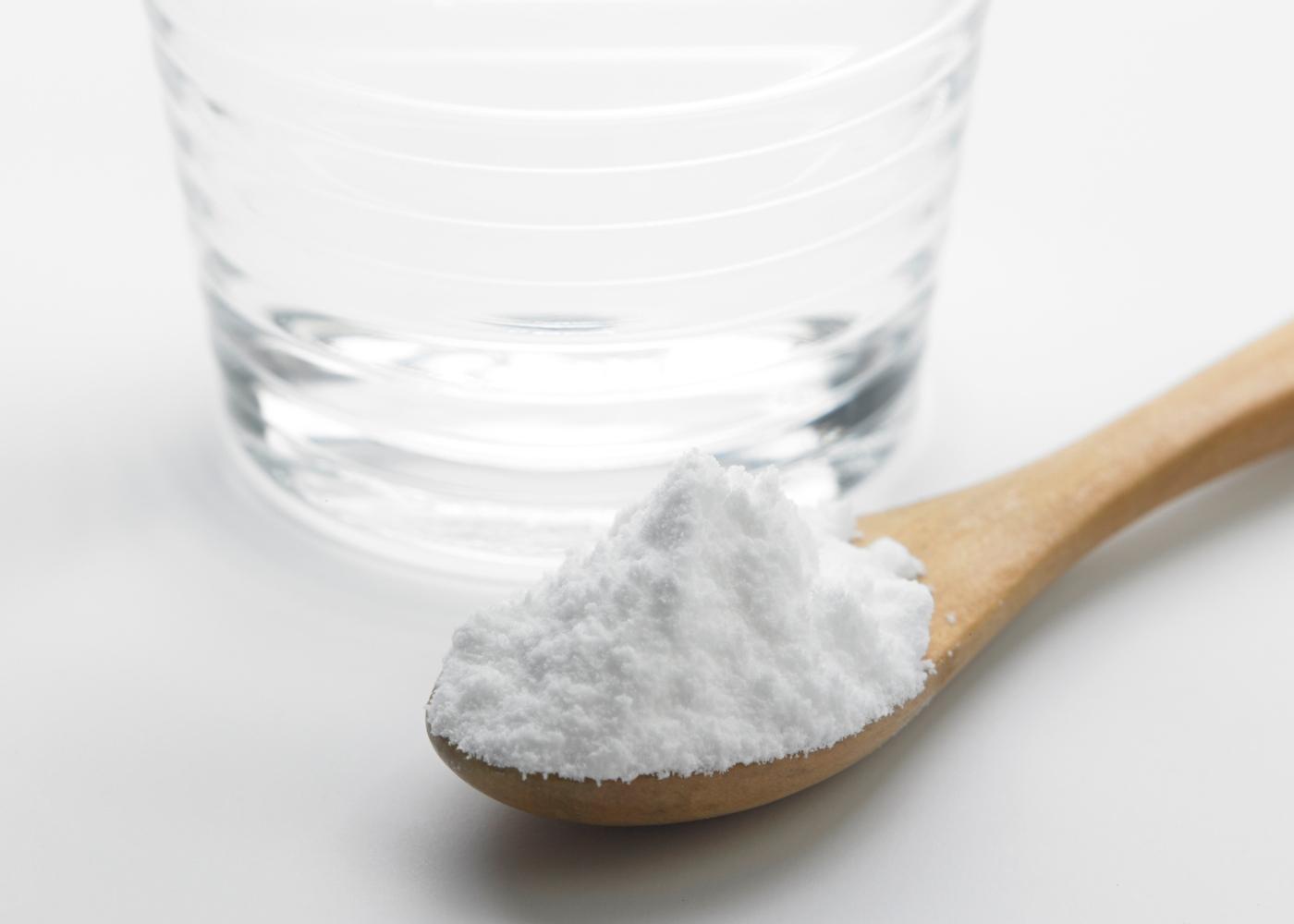 Alimentos podem prevenir a contaminação pela COVID-19: copo de água com sal