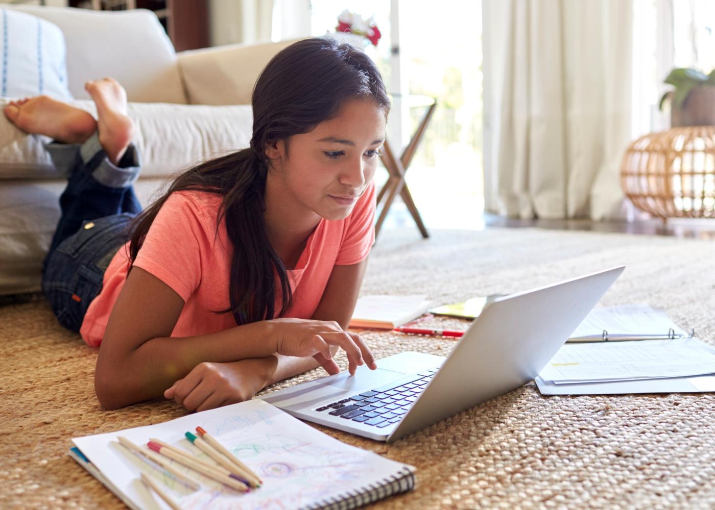 Adolescente a estudar