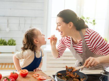 Alimentação saudável em tempo de quarentena: mãe e filha a preparar o almoço