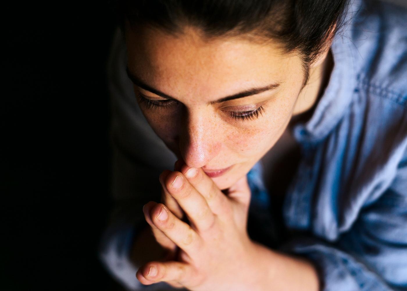 Como combater a ansiedade: mulher pensativa