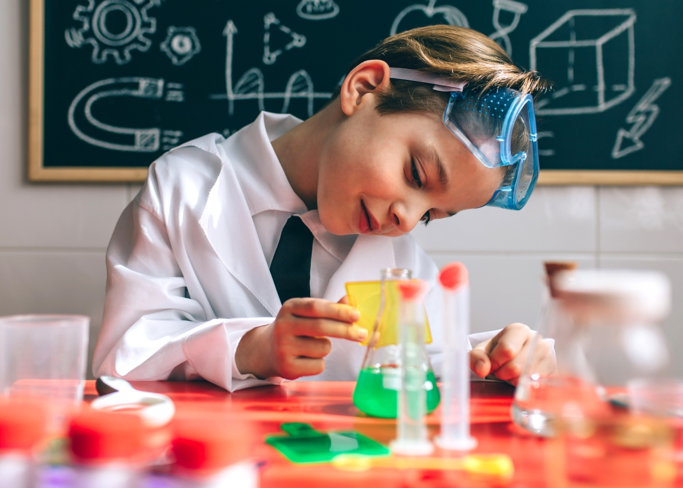 Jogos caseiros para crianças: menino a brincar aos inventores
