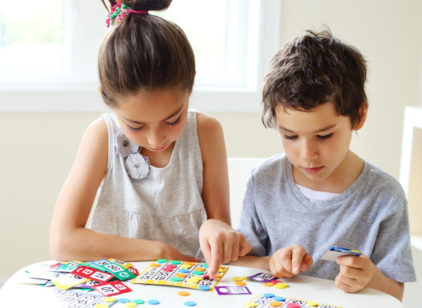 Jogos caseiros para crianças: crianças a jogar bingo