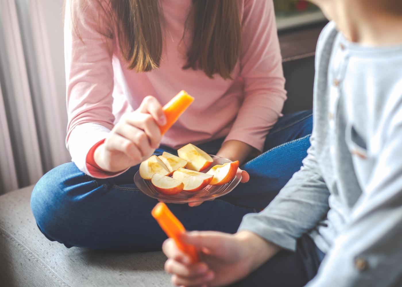 cuidados alimentares com as crianças: crianças a comer fruta e legumes