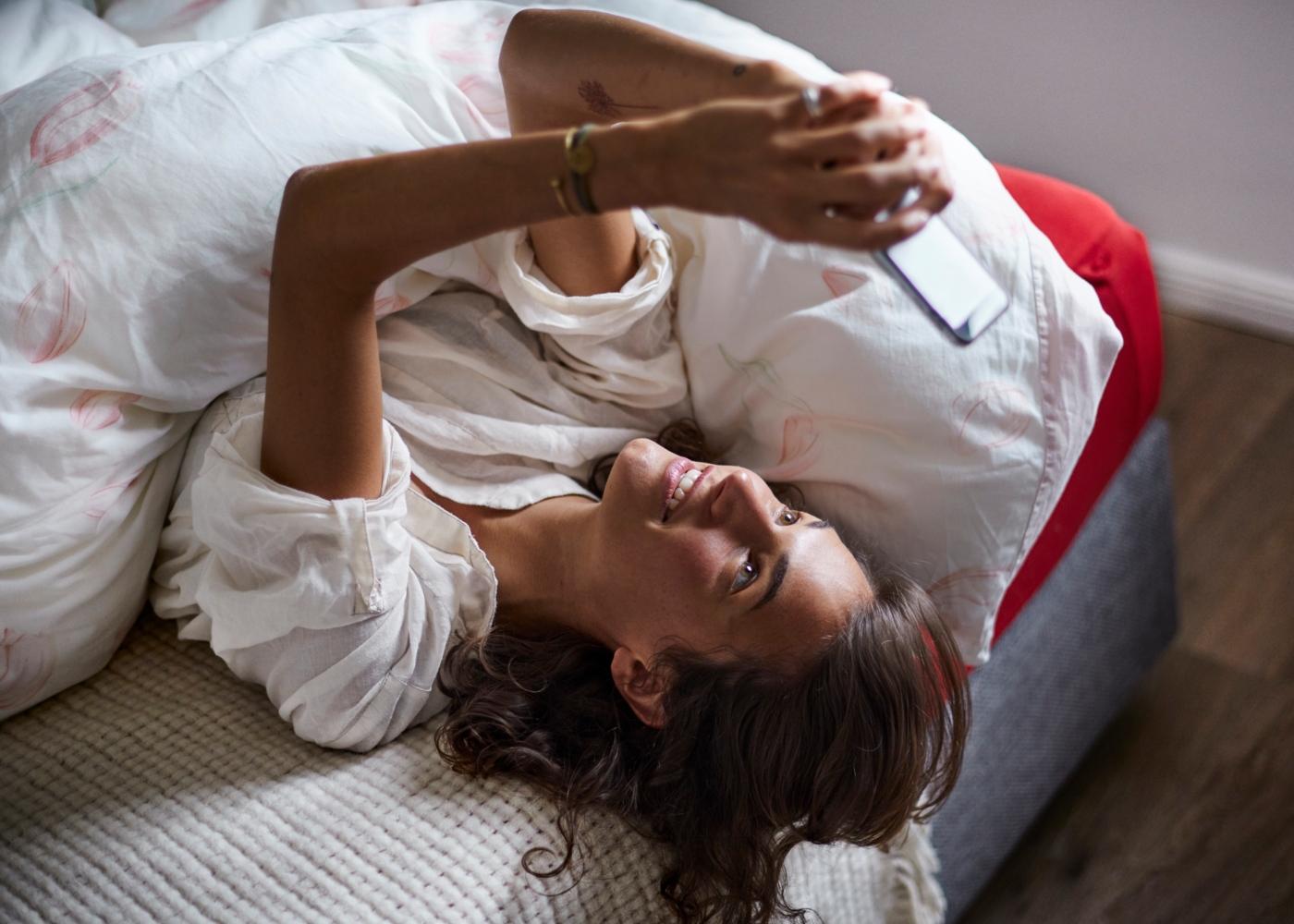 Como lidar com o stress durante o isolamento social: mulher a falar com os amigos online