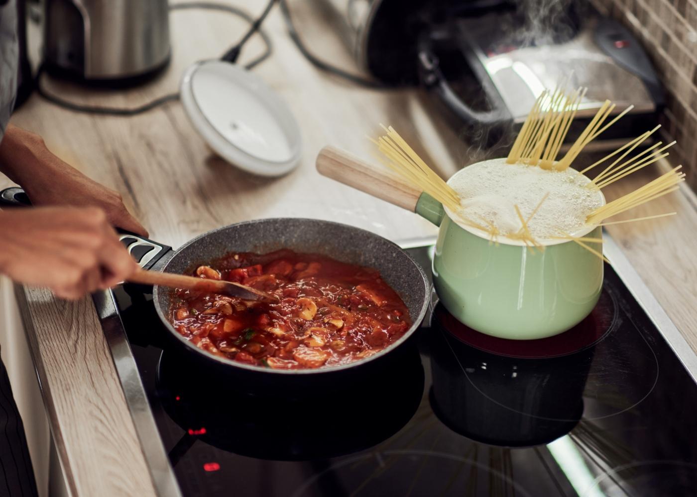 Cozinhar de forma segura: mulher a cozinhar alimentos à temperatura certa