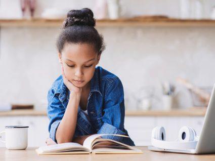Como ajudar as crianças a estudar em casa: menina a estudar