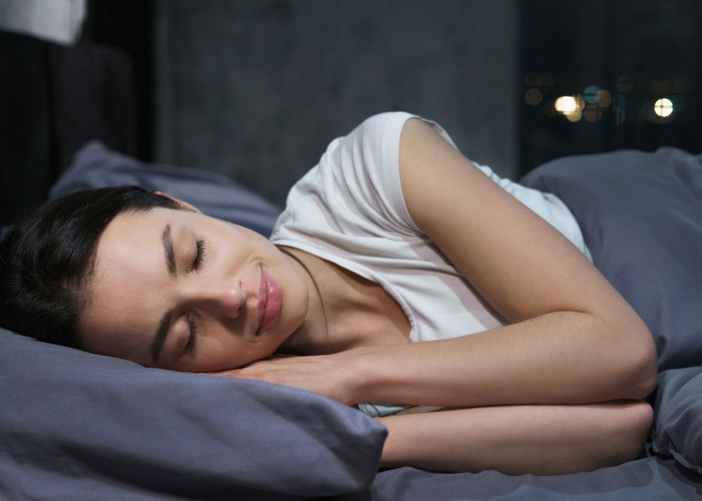 Como dormir bem durante a quarentena: mulher a dormir