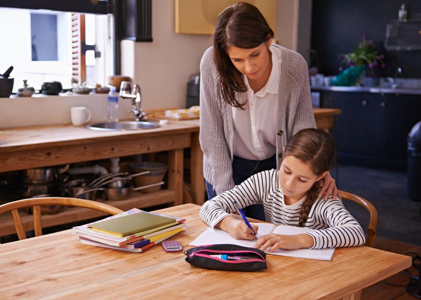Como ajudar as crianças a estudar em casa: mãe a ajudar filha a estudar