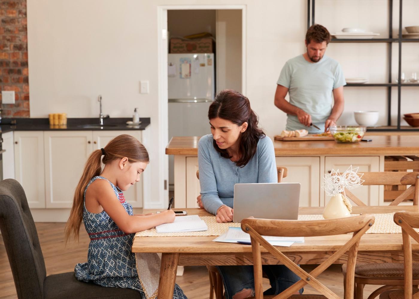 Como ajudar crianças a estudar em casa: mãe a orientar filha nos trabalhos de casa