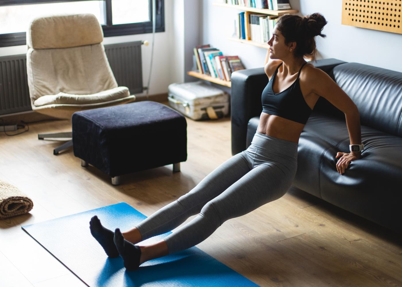 Fortalecer os braços em casa: mulher a trabalhar triceps