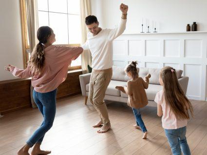 Coisas a fazer em casa para se manter ativo: família a dançar