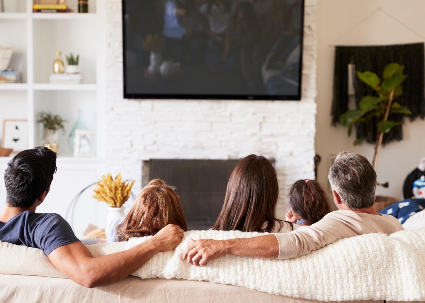 Como lidar com um adolescente em quarentena: família numa sessão de cinema em casa