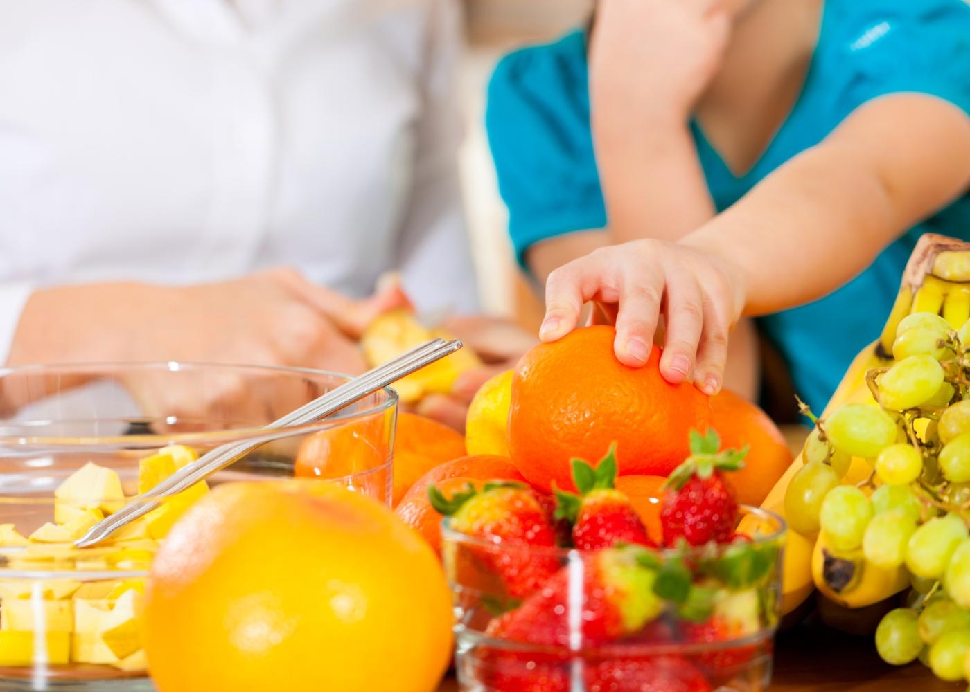 Jogos caseiros para crianças: fazer salada de frutas