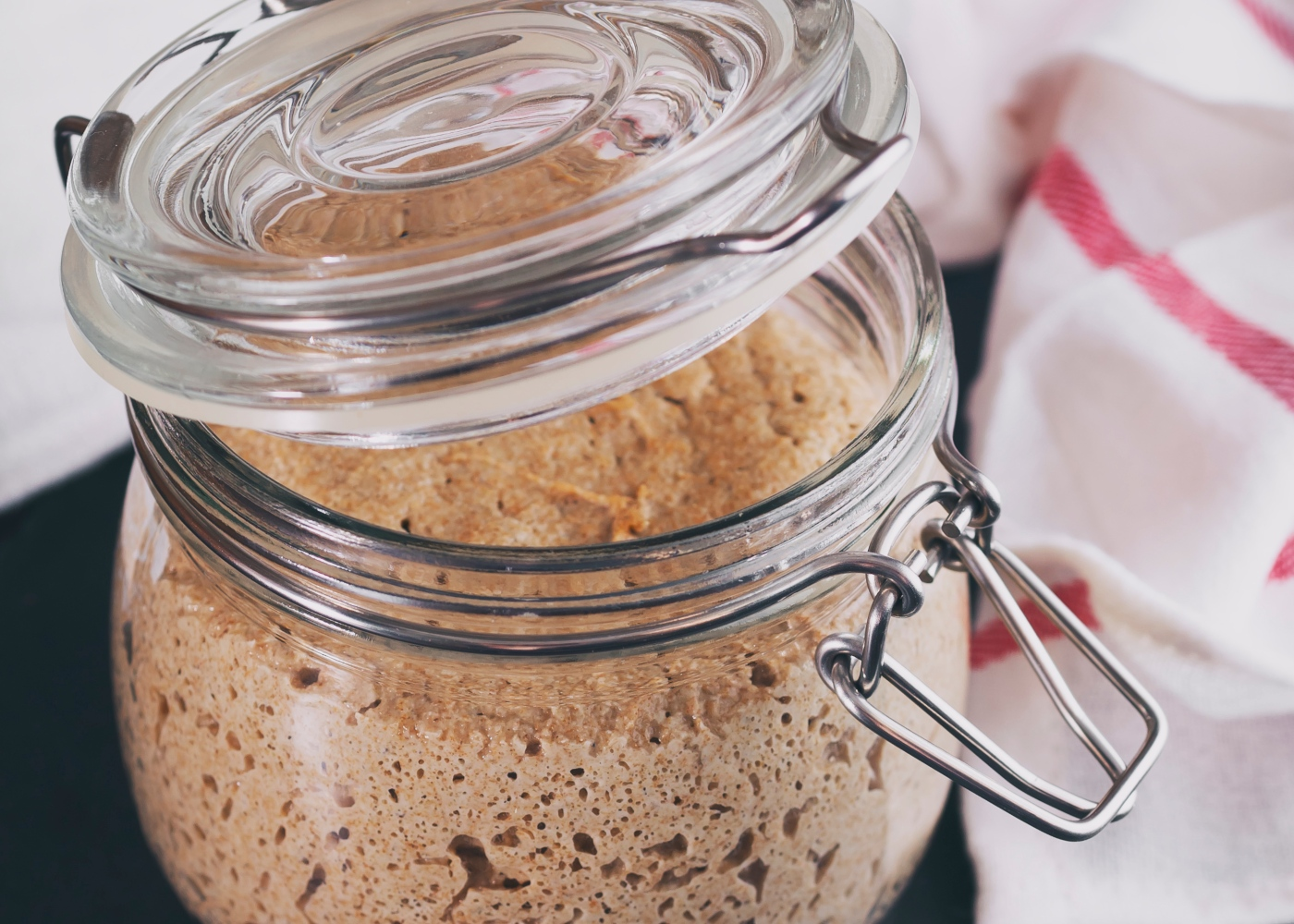 Como fazer fermento caseiro para pão: fermento com farinha e água