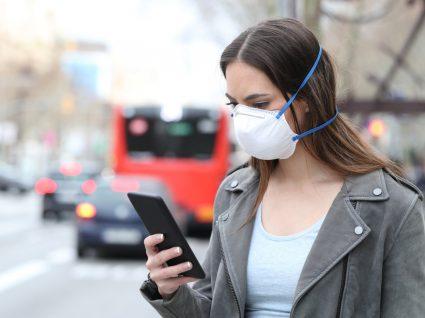 Fim do Estado de Emergência: mulher com máscara na rua