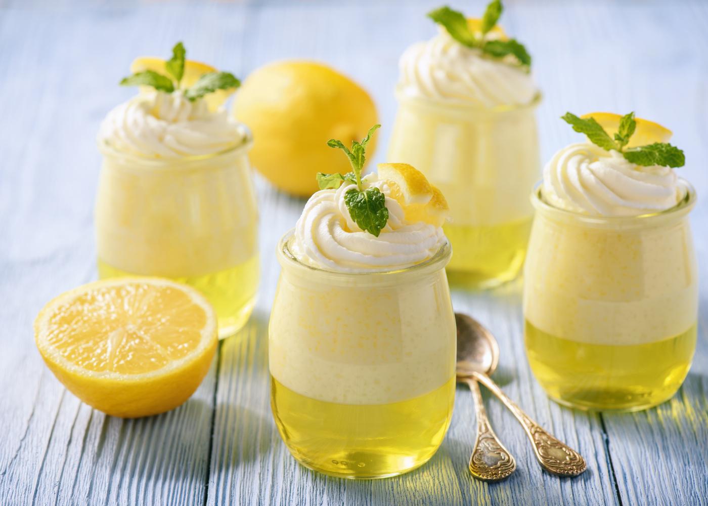 gelatina cremosa de limão em copos de vidro