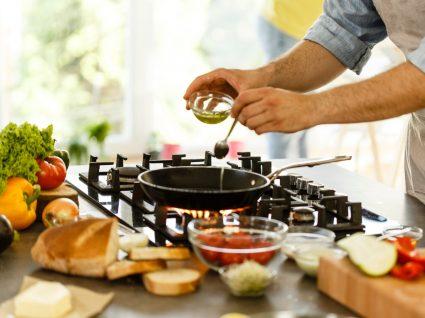 Homem a cozinhar de forma segura uma refeição