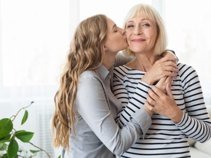 Ideias para o Dia da Mãe: filho a mimar a mãe