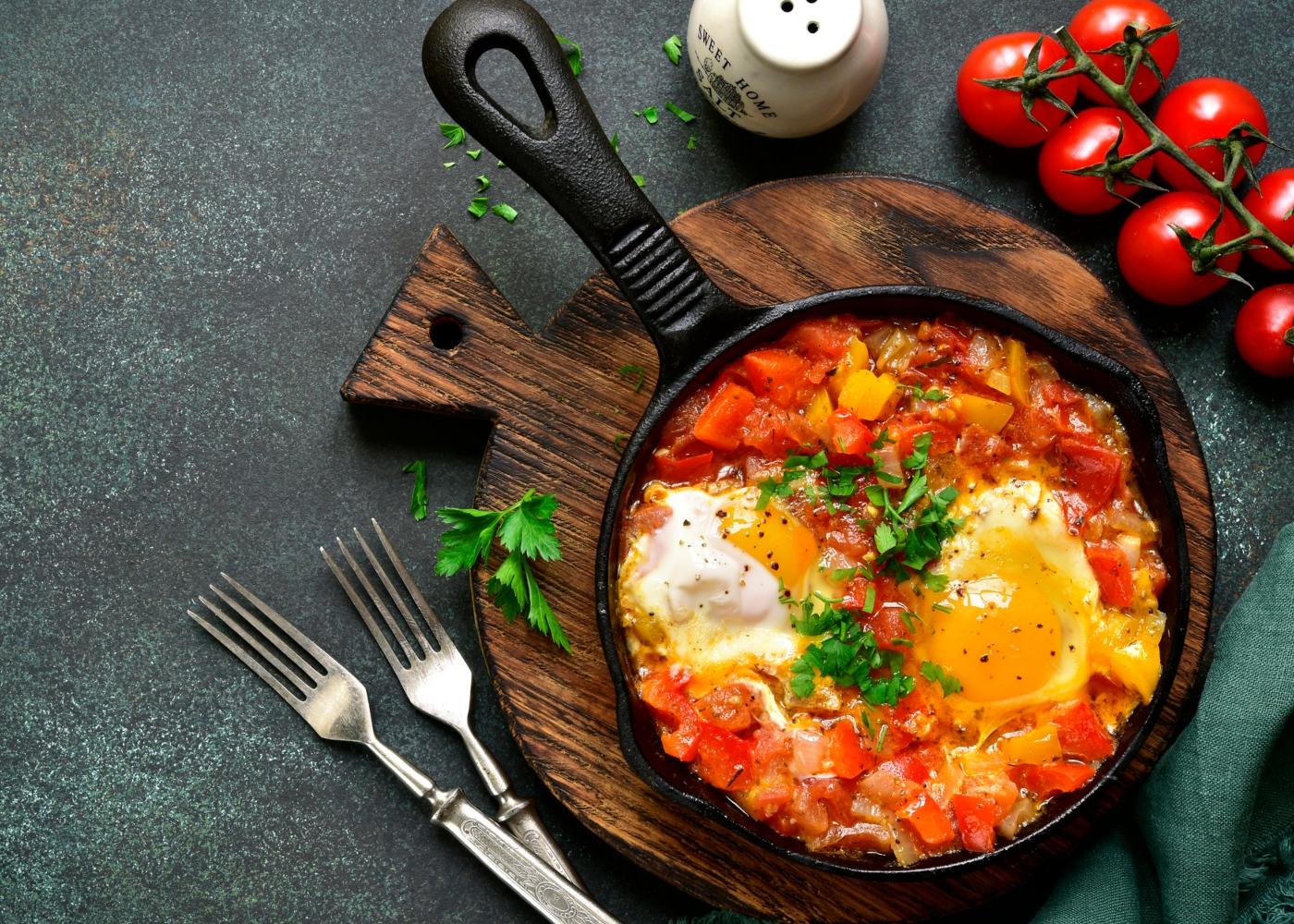 Jantares leves: legumes refogados com ovos escalfados