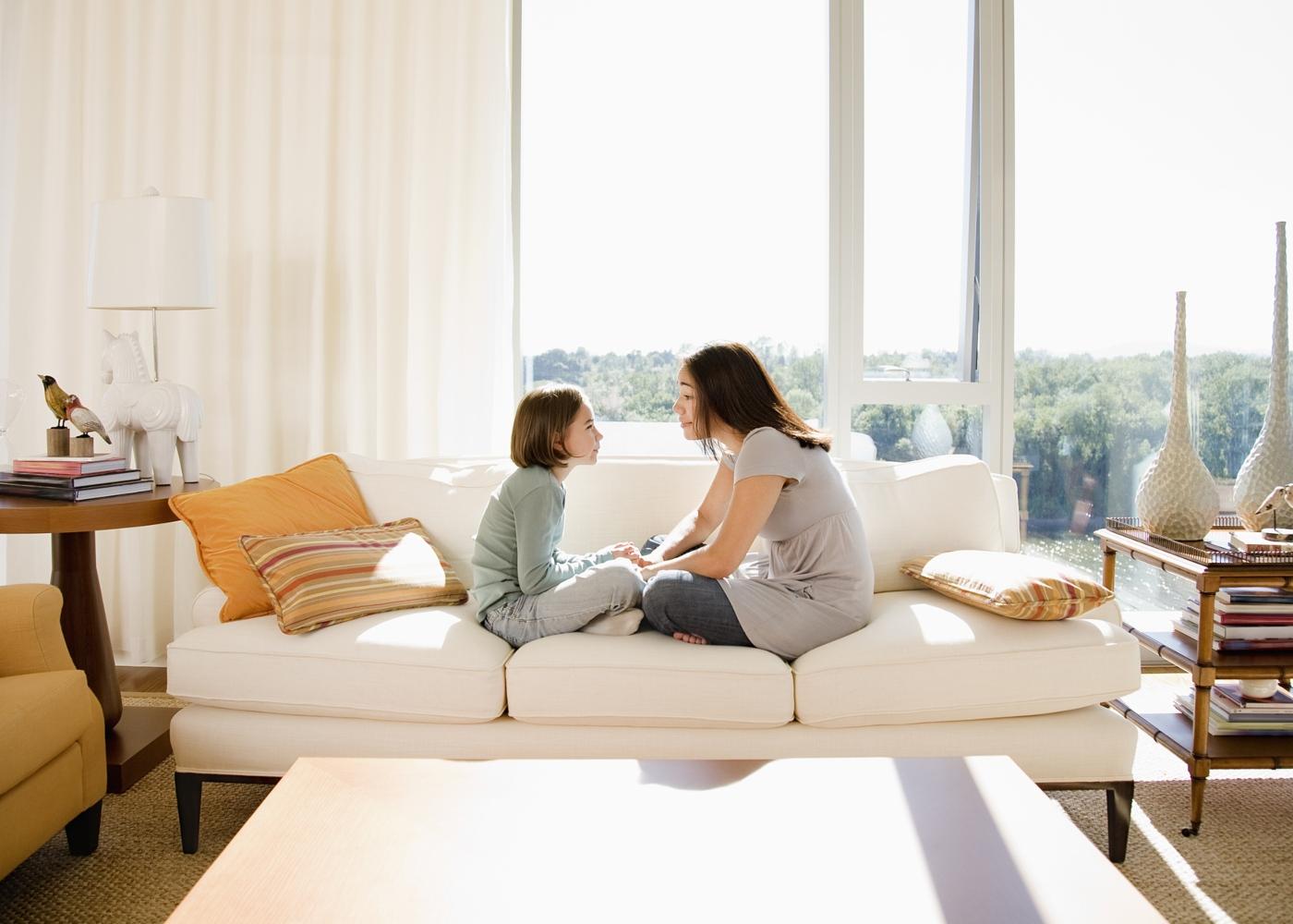 Como explicar às crianças o momento em que vivemos: mãe a conversar com a filha em casa