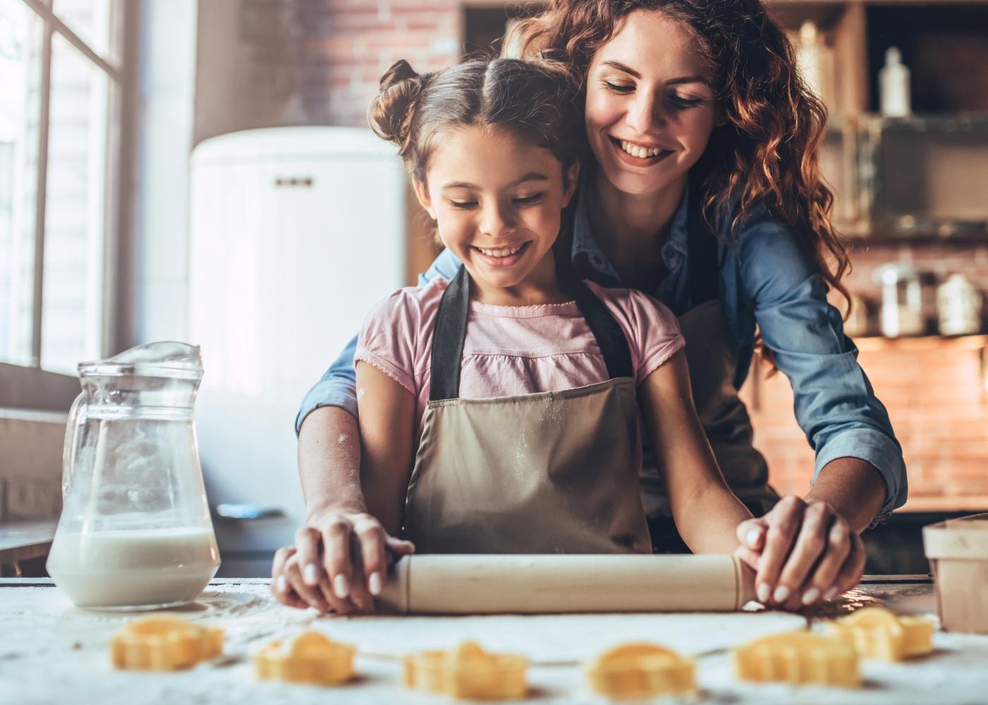 Jogos caseiros para crianças: mãe e filha a fazer bolachas
