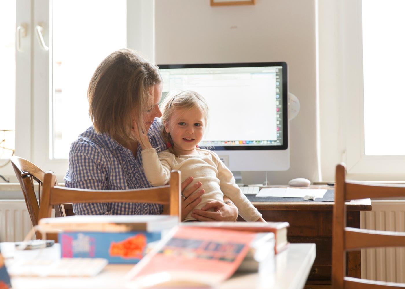 Como trabalhar em casa com filhos: filha no colo da mãe