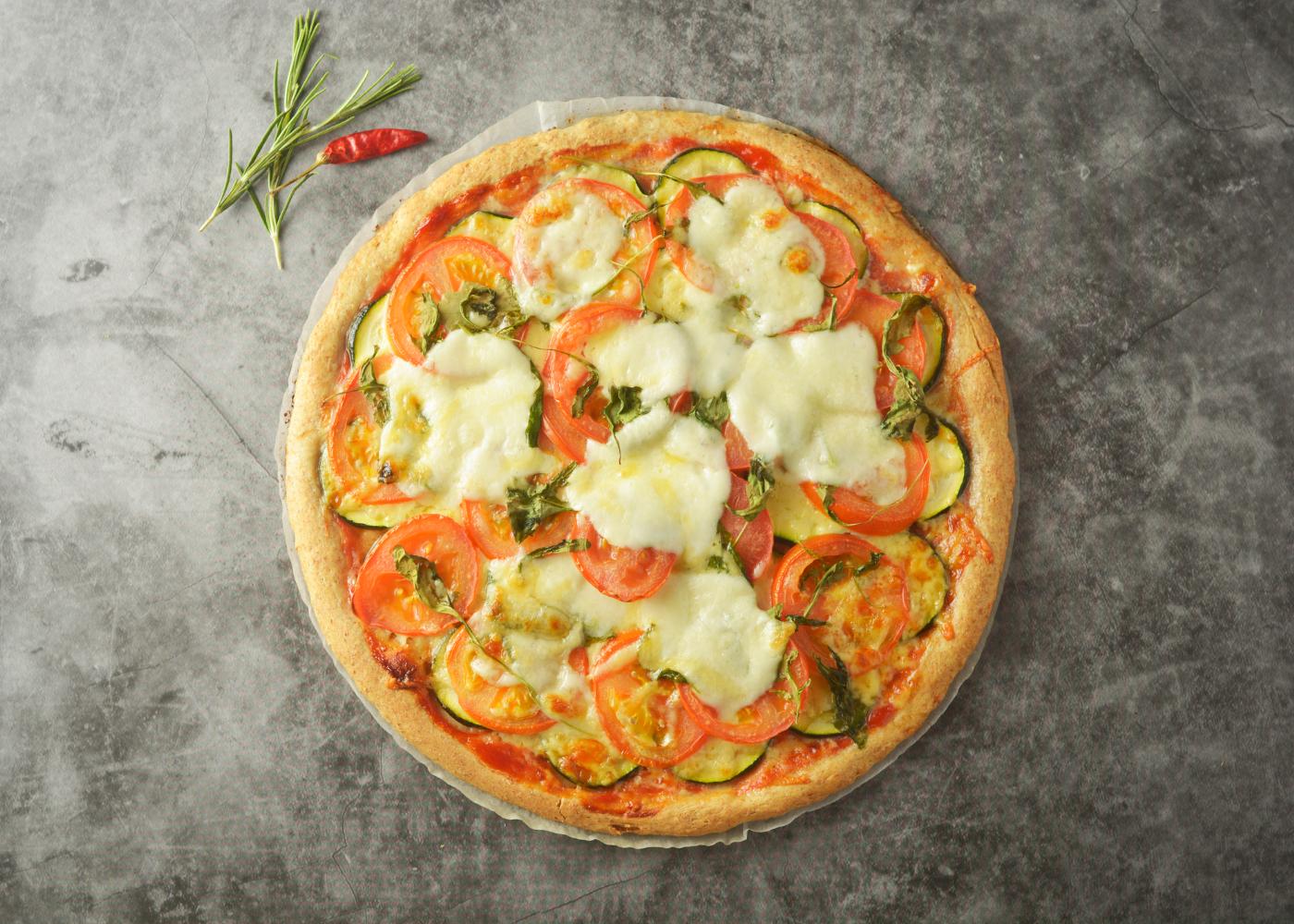 pizza com massa integral com tomate e curgete