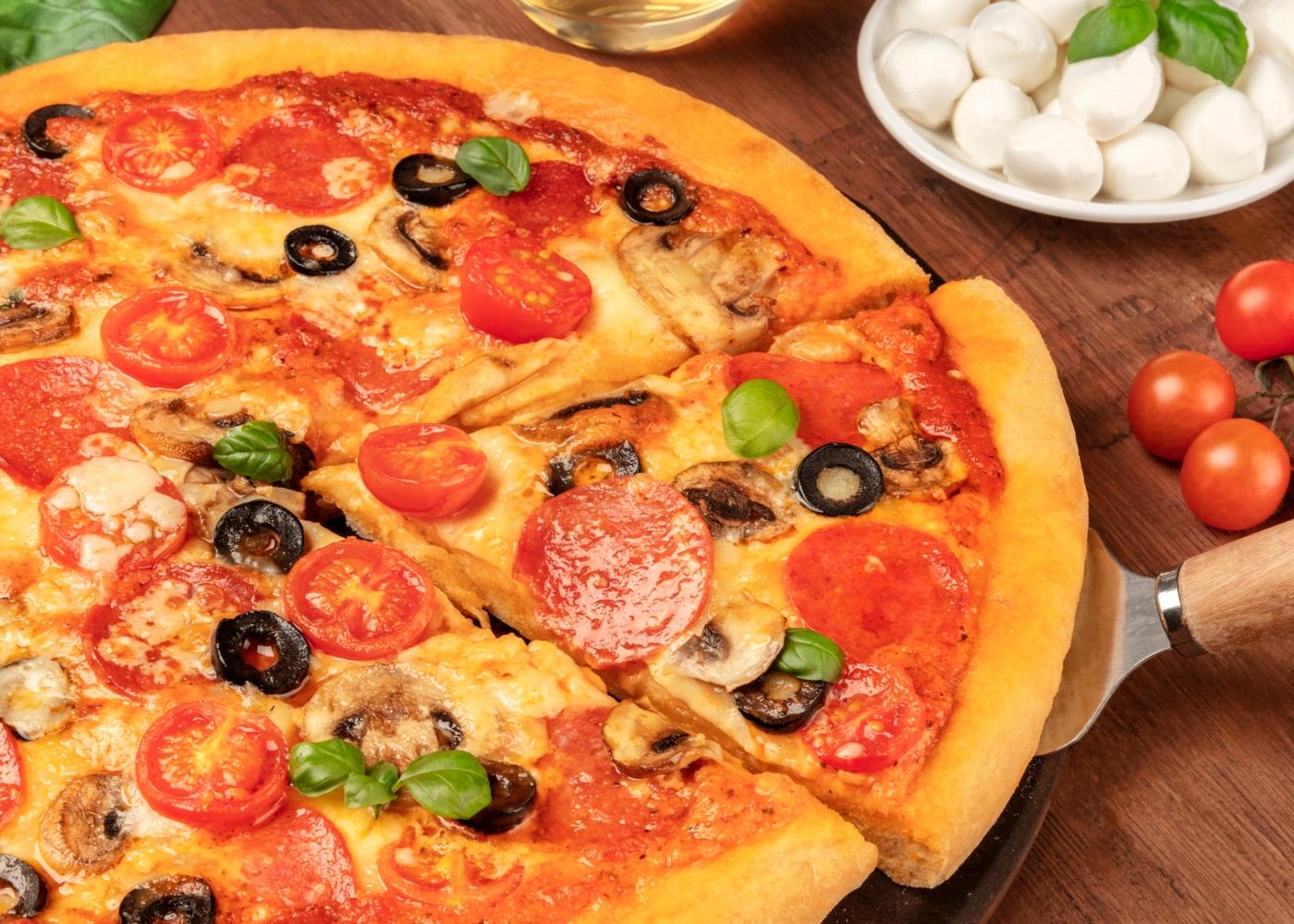 Como fazer massa de pizza de pepperoni e cogumelos