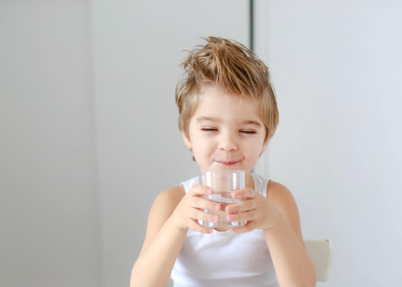 cuidados alimentares com as crianças: menino a beber água