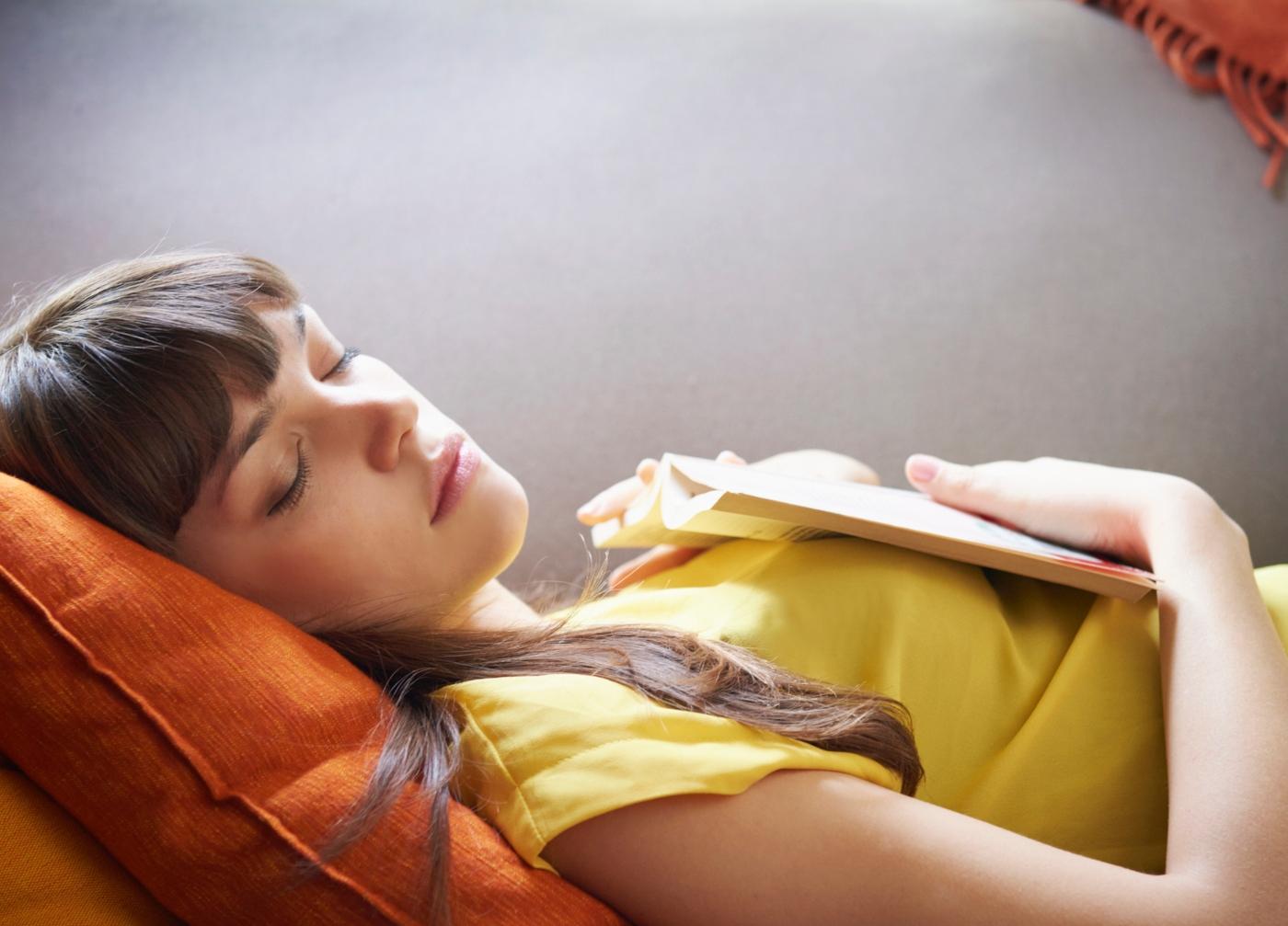 Como dormir bem durante a quarentena: mulher a dormir sesta