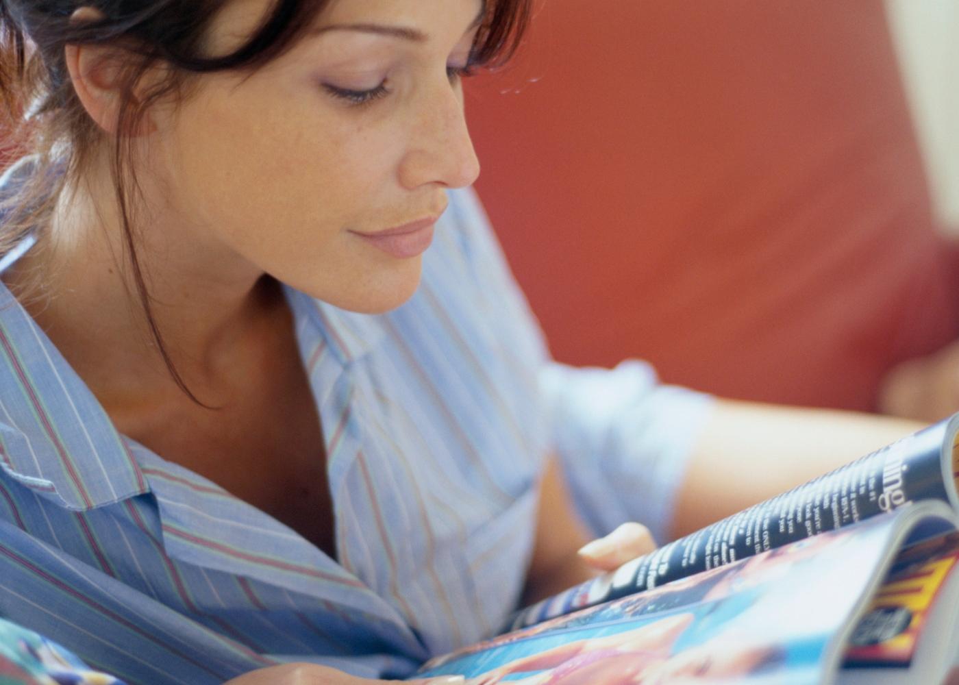 Como dormir bem durante a quarentena: mulher a ler