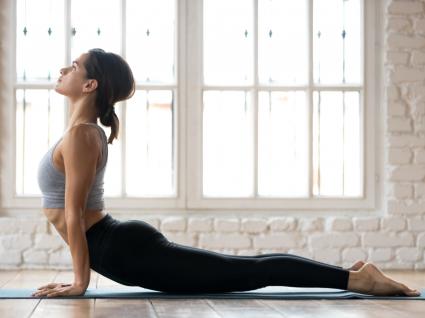 Como é que o exercício atenua o stress: mulher a fazer pilates