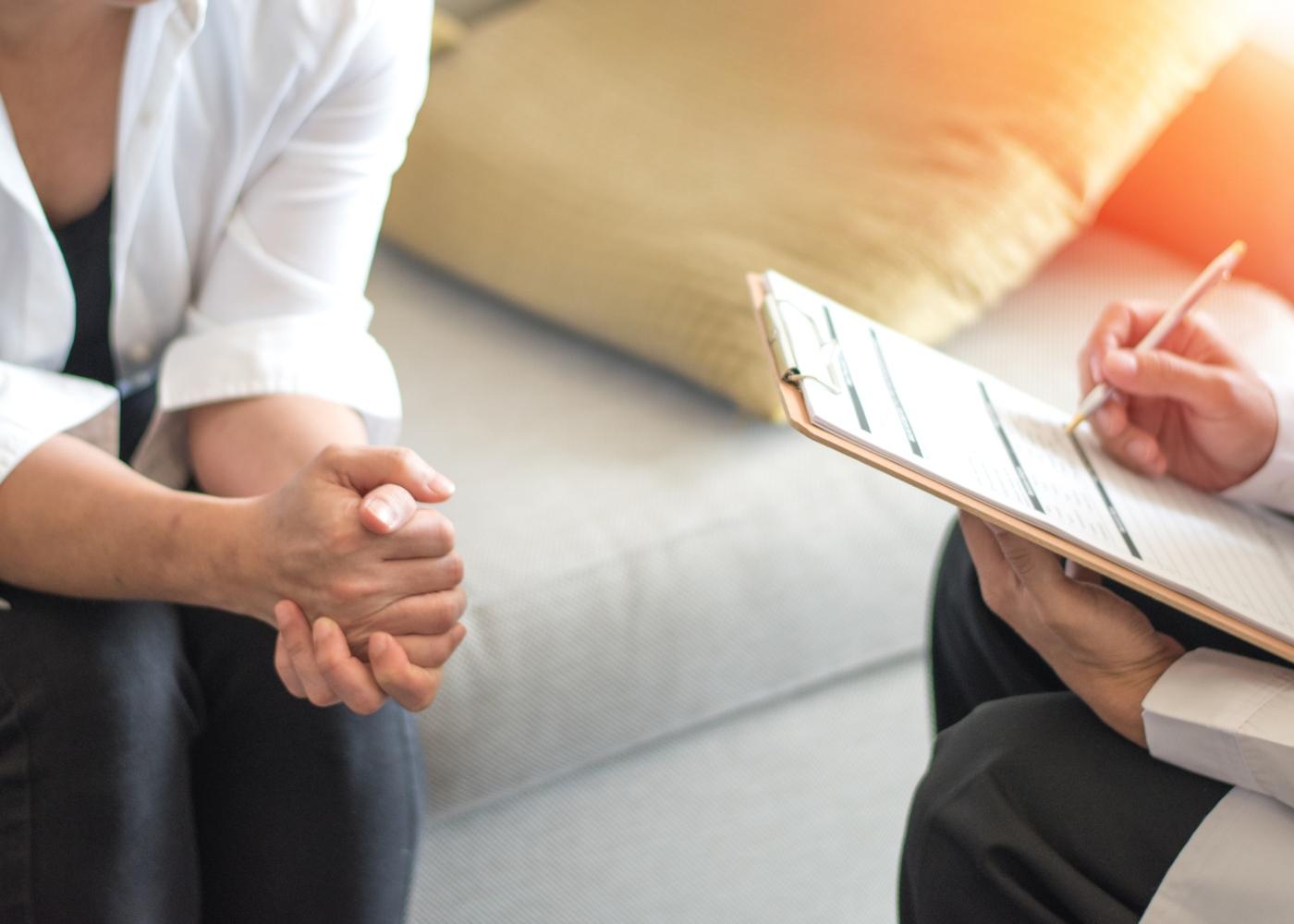 Agorafobia: mulher a ter consulta com o psicólogo em casa