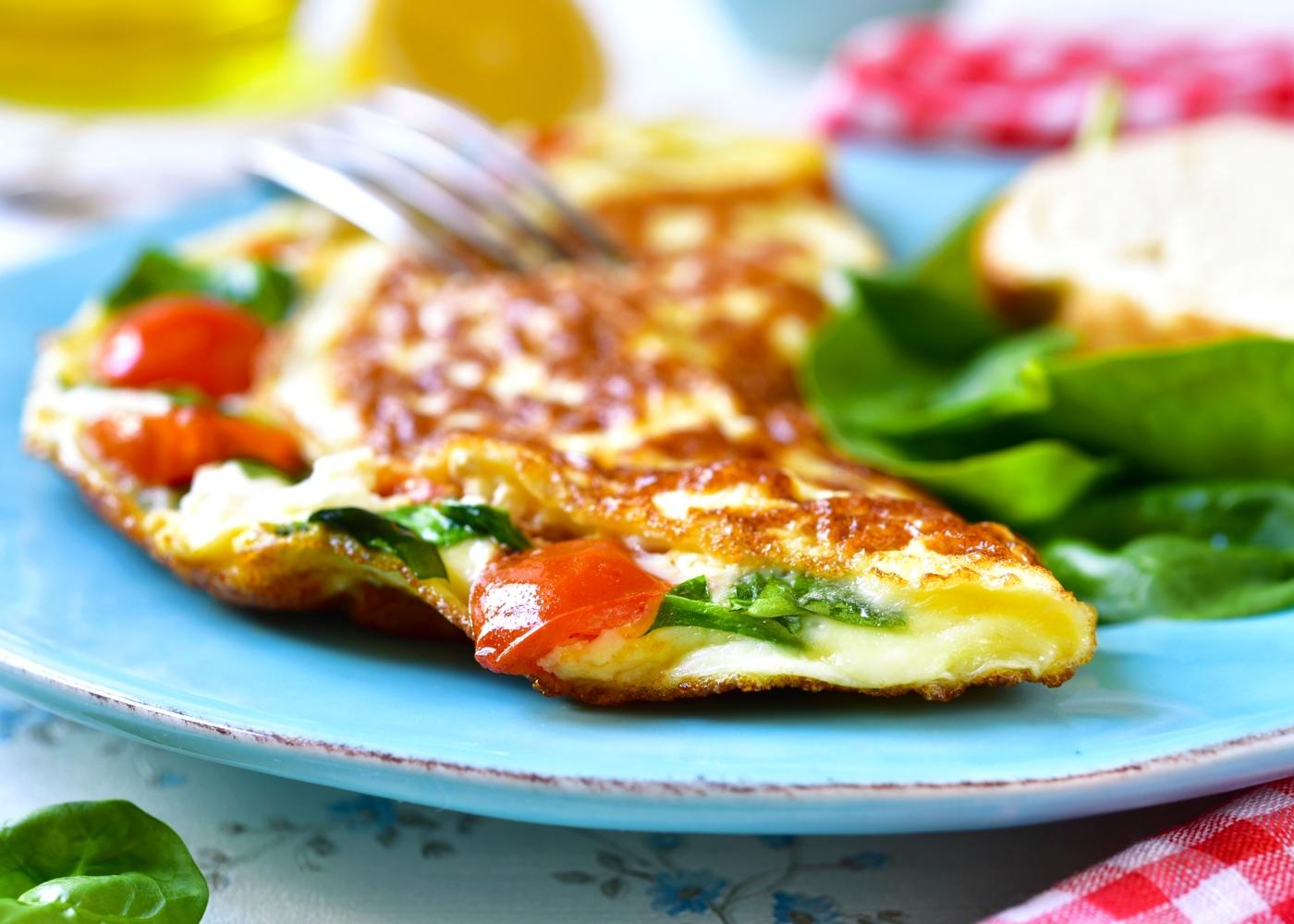 Jantares leves: omeletes de espinafres e tomate cherry
