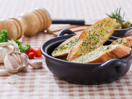 fatias de pão de alho