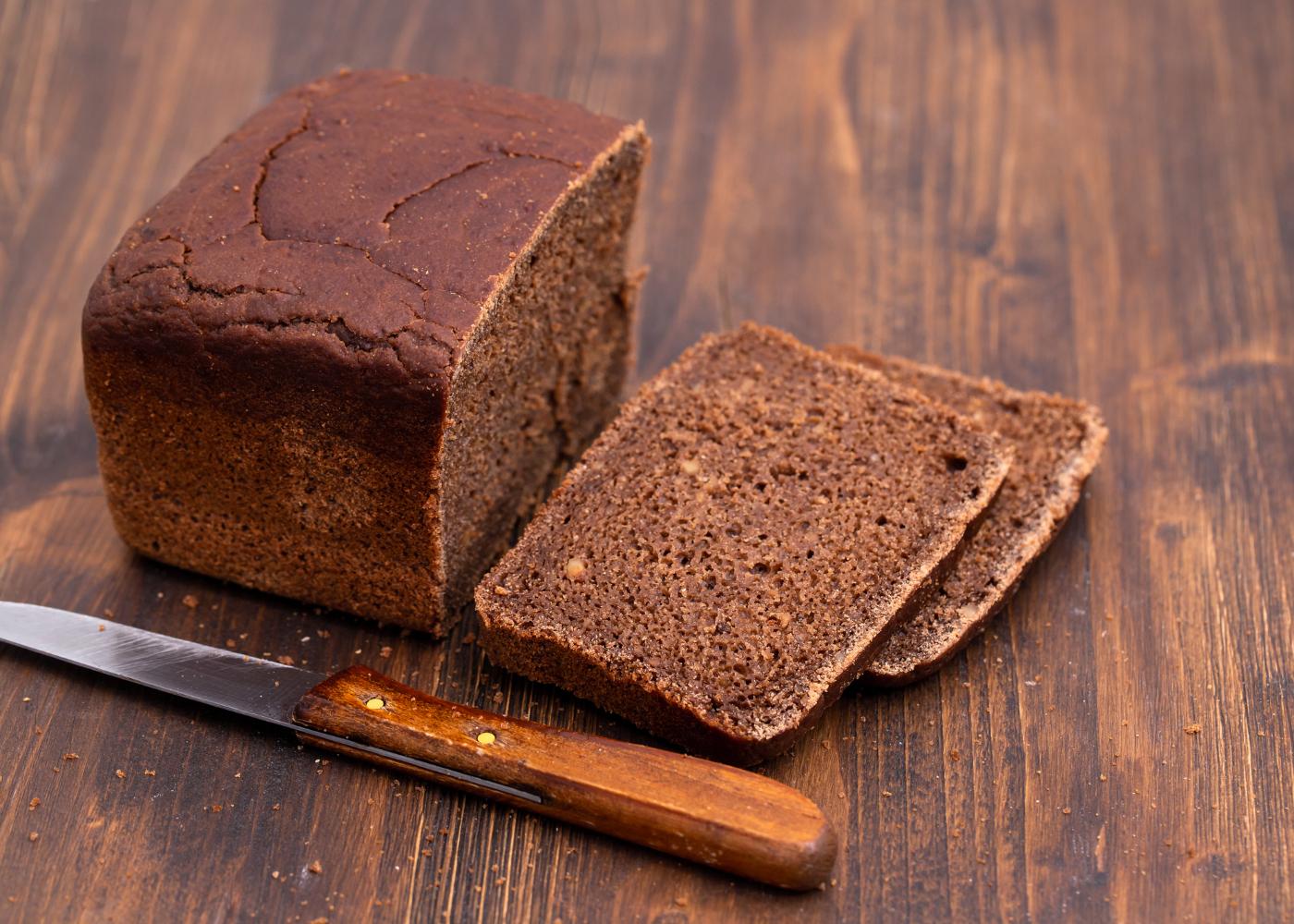 pão de centeio de alfarroba e sementes