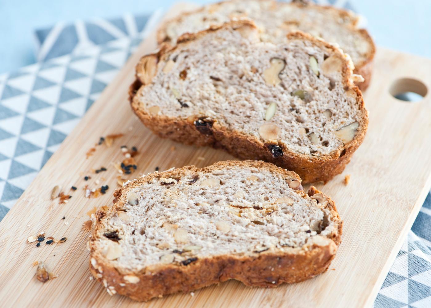 fatias de pão de centeio com nozes e passas