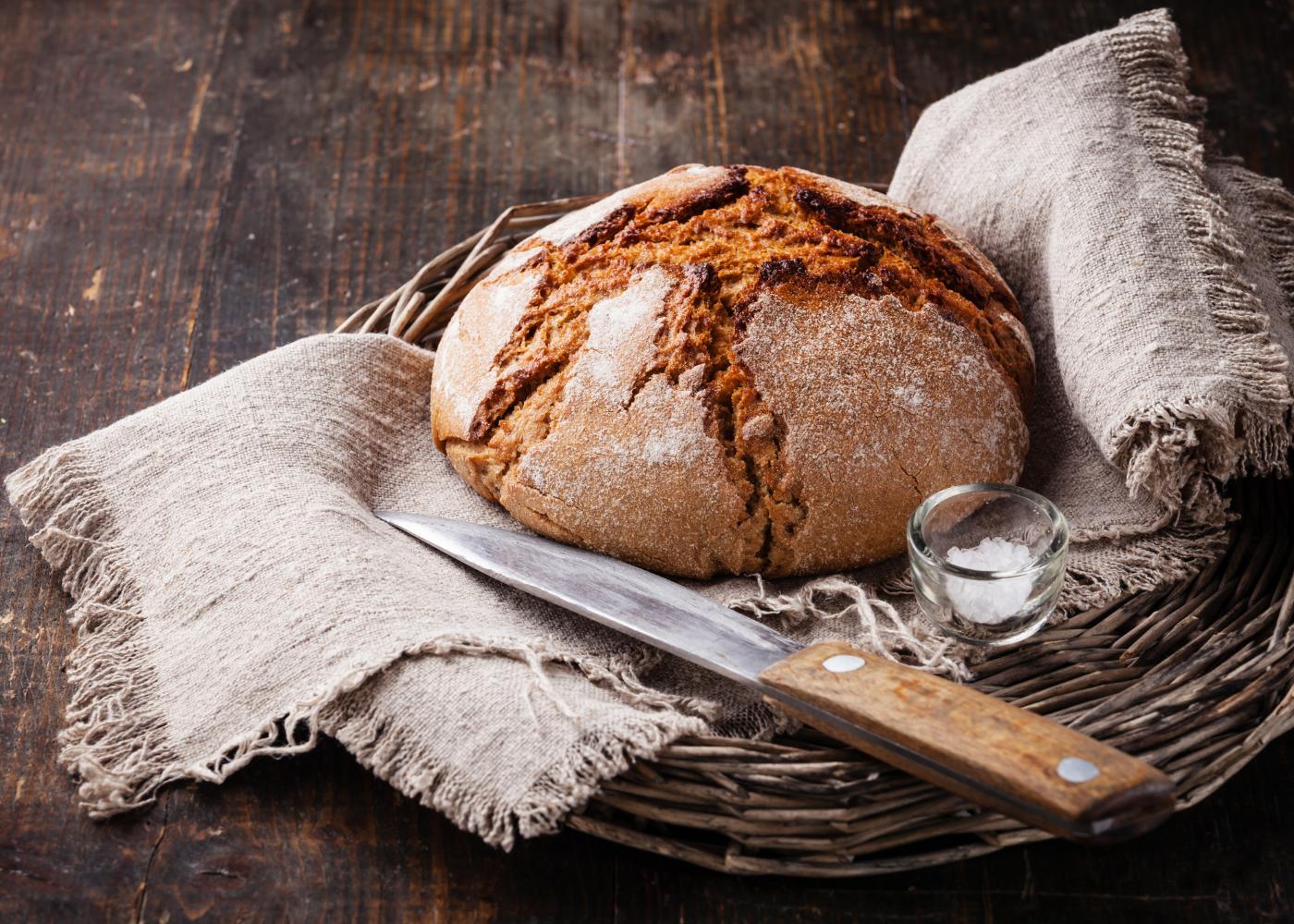 pão de centeio com faca para cortar