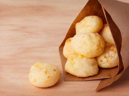 pão de queijo em embalagem de papel