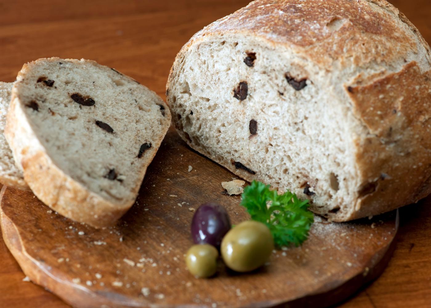 pão sem glúten com azeitonas