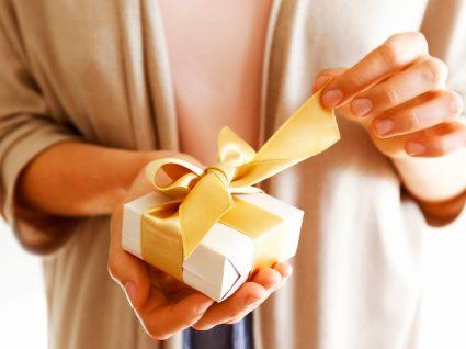 Prendas baratas para o Dia da Mãe: mãe a abrir prenda