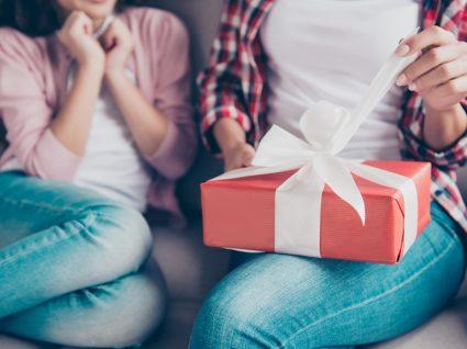 Prendas para o Dia da Mãe: filha a oferecer presente à mãe